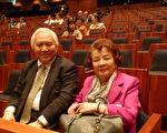 日本著名KFG礦泉水公司會長戶津川明克攜同夫人觀看了演出,稱神韻果然名不虛傳,認為該藝術團一定享譽世界,是世界頂級秀。(攝影:大西/大紀元)