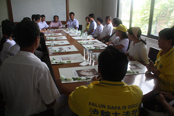 印尼法律援助机构主席巴哈林(Bahrain)会见部分来自中国大陆的法轮功学员。(摄影:阳光/大纪元)