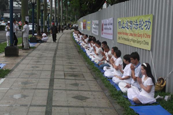 印尼法轮功学员在中使馆前和平集会纪念四.二五万人和平上访。(摄影:阳光/大纪元)