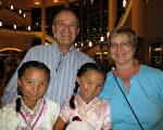 4月29日晚,Donald White和太太Grace White,以及兩位領養的女兒Regen和Cindy一起觀看了神韻演出。(攝影:林南宇/大紀元)