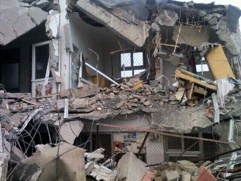 2012年7月4日,北京市豐台區南苑鄉石榴莊雙廟村發生暴力強拆事件。當地政府派出數百警察及不明身份的黑衣人手持棍棒,強行入屋進行強拆。(知情者提供)