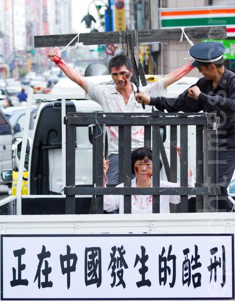 2012年7月21日,台灣法輪功學員於台中市舉行720反迫害遊行,模擬酷刑車向人們展示了13年來法輪功學員在大陸所遭受的殘酷迫害。(攝影:陳柏州 / 大紀元)