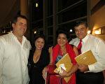 4月30日晚,建築公司業主John Riskas和太太Jeanny Riskas以及友人夫婦結伴看神韻在佛州西棕櫚灘的最後一場演出。(攝影:林南宇/大紀元)