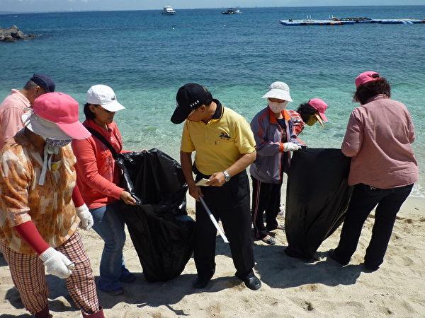 琉球乡村民参与净滩。(屏东县政府提供)