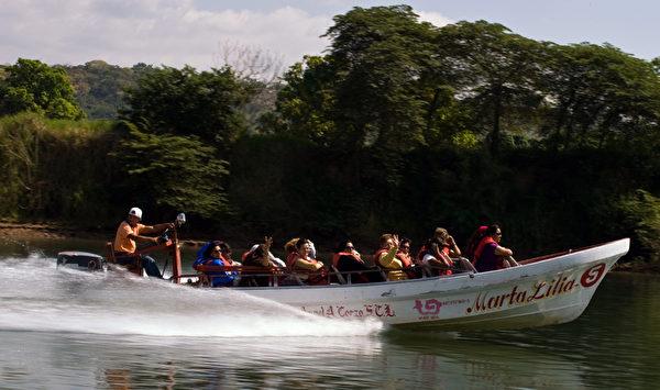 游客乘船游览苏米德罗大峡谷。(Ronaldo Schemidt/AFP)t