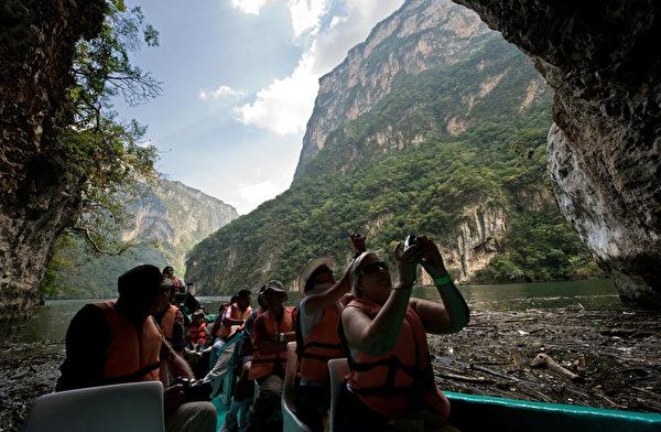 游客乘船游览苏米德罗大峡谷。(Ronaldo Schemidt/AFP)