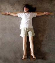 「十字架」酷刑演示圖。(明慧網)