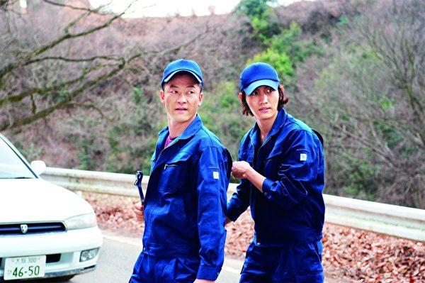 《拥抱黄金飞翔》剧照。左起为:浅野忠信和昌珉。(图/威视提供)