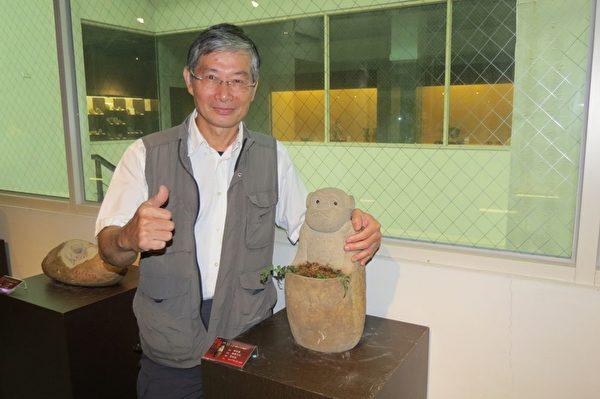 嘉義市石雕協會理事長張五達與其作品「有容乃大」石猴雕。 (攝影:蘇泰安/大紀元)