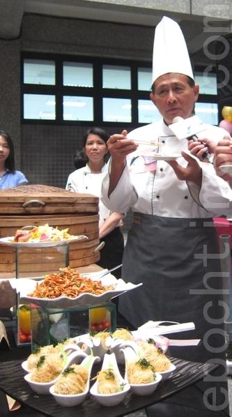 曹启鸿县长大赞东港三宝创意料理,欢迎全国民众前来品尝人间美味。(摄影:简惠敏/大纪元)