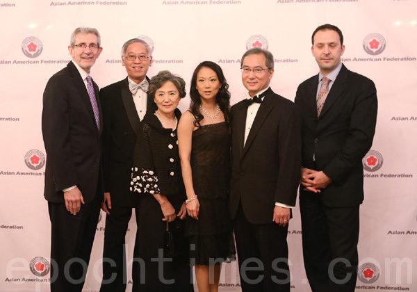 邬敬高(左2)和Veronica Wong(左4)及其他贵宾在晚会上。(摄影﹕杜国辉/大纪元)