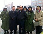 2011年12月2日,大雪天趙常青(中)、胡石根、劉鳳剛牧師前往北京南站橋洞下給外地在京訪民送棉大衣。(作者提供)