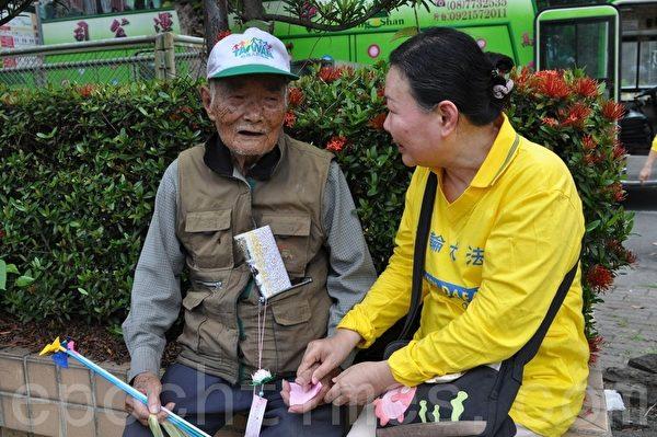 高龄91岁的张有顺老先生,亲身参与踩街活动,并表示,法轮功与其他团体大不同,既无利益抗争,而且祥和有序,他很高兴能参与法轮法的洪法活动。(摄影:李晴玳/大纪元)