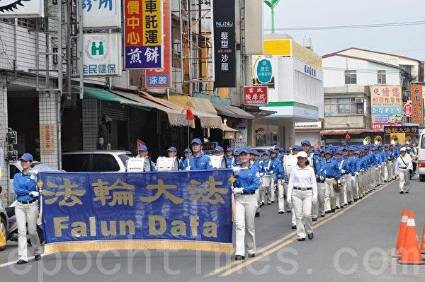 法轮大法旗美踩街活动,在天国乐团鼓号乐声的前导下盛大展开。(摄影:李晴玳/大纪元)