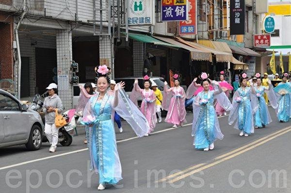 踩街队伍中,美丽仙女们向民众传达大法洪传讯息。(摄影:李晴玳/大纪元)