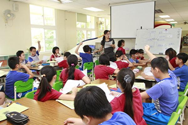 在班級由老師指導閱讀。(嘉義市府提供)