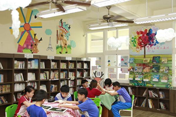 在圖書室內學生自己閱讀。(嘉義市府提供)