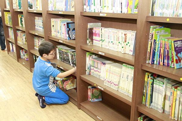 學生由書架上選出自己想閱讀的書籍。(嘉義市府提供)