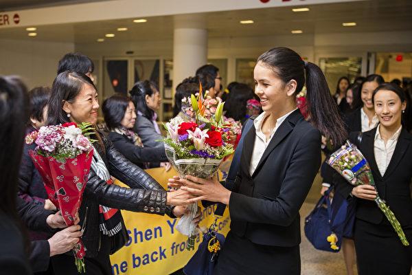 5月7日,美國神韻巡迴藝術團在圓滿結束2013年度亞洲巡演後返回美國。(攝影:愛德華/大紀元)