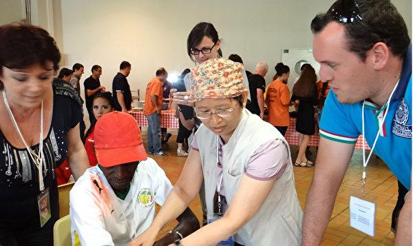 2012年,溫嬪容擔任臺灣舞團的團醫到法國參加藝術節活動,被邀請幫一位休克暈倒舞臺上的黑人舞者急救,10分鐘即見效醒轉,令洋人對中醫神效嘖嘖稱奇。(圖:溫醫師提供)