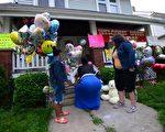 美國俄亥俄州克里夫蘭市在2013年5月7日,驚傳救出3名被綁架和禁錮長達10年的女性後,許多民眾送上鮮花、糖果和卡片到受害者之一的貝利(Amanda Berry)家中,為她加油打氣。(攝影:Emmanuel Dunand/AFP)