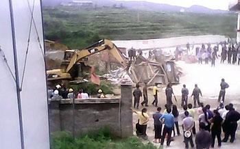 貴州黎平縣上午開村村民陸續聚集阻止強徵人員進入,附近一帶道路被村民堵塞。(村民胡先生提供)
