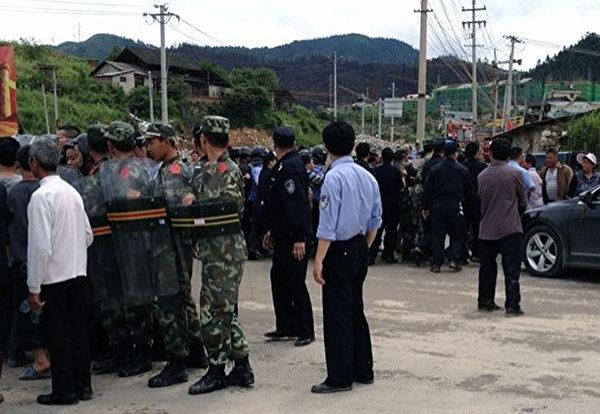 貴州黎平當局強行開動推土機推毀上午開村村民的農田和豬舍,村民均被控制下來。(村民胡先生提供)