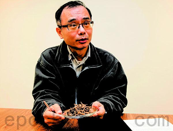 长庚大学赖信志教授向记者解释实验室数据的意义。(摄影:陈霆/大纪元)