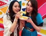 许慧欣与妹妹Ivy参加录影,在节目上吃蛋卷臭豆腐美食。(图/福斯国际电视网提供)