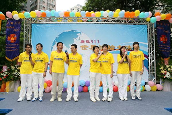 法轮功学员透过歌声庆祝513法轮大法日(摄影:林仕杰/大纪元)