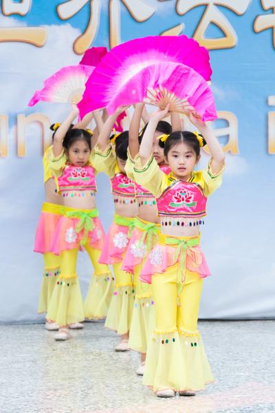 大法小弟子12日在台北士林官邸表演,並表達對法輪功創始人李洪志大師的感恩之情。(攝影:陳柏州/大紀元)