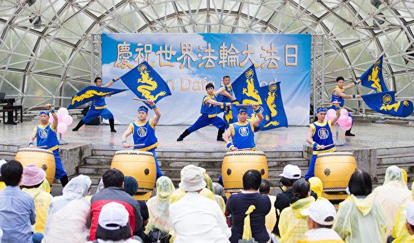 新唐人旗鼓隊12日在台北士林官邸表演,並表達對法輪功創始人李洪志大師的感恩之情。(攝影:陳柏州/大紀元)