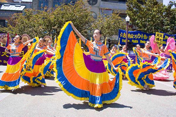 組圖2﹕舊金山法輪功學員遊行慶祝法輪大法日