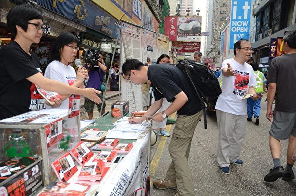 「天安門母親運動」成員趁母親節在旺角街頭徵集簽名和明信片,向天安門母親傳達港人的祝福。(攝影:梁路思/大紀元)