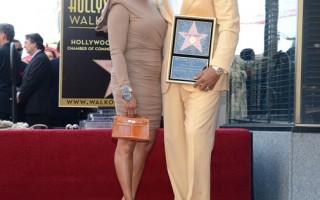 史蒂夫‧哈維留名星光大道 當眾吻妻慶祝