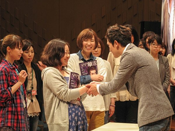 日本粉絲展現熱情,愛不釋手。(圖/公關提供)