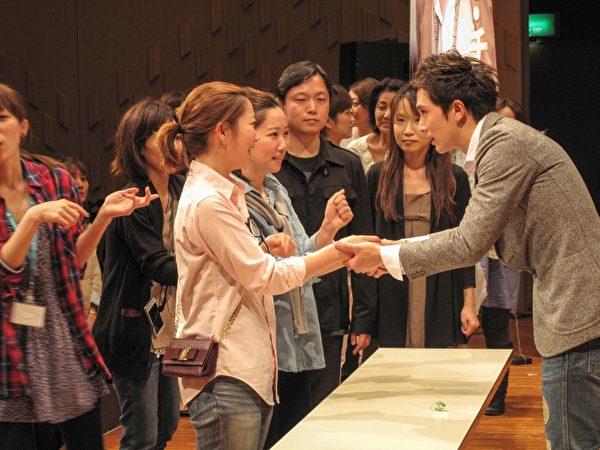 每位粉絲跟他握手時,都會講一串日文。(圖/公關提供)