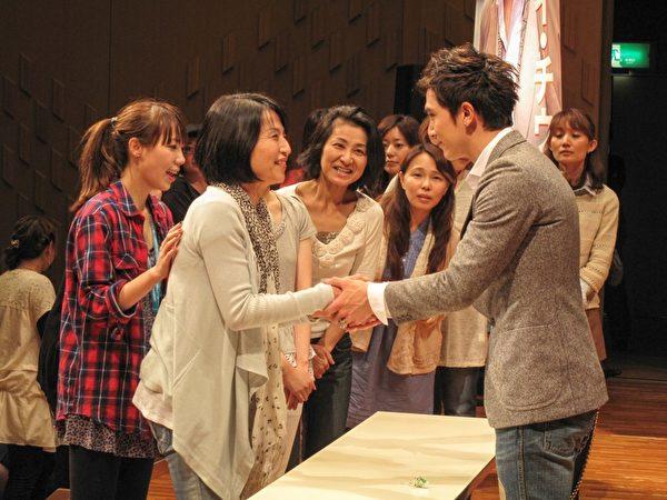 活動後,邱澤與每位參與的粉絲握手。(圖/公關提供)