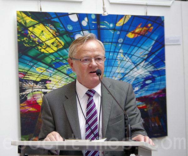 开幕式由欧洲议会友台小组成员希金斯(Jim Higgins)主持。(摄影:萧然/大纪元)