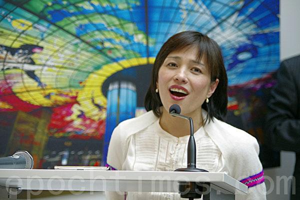 旅比台湾女高音吕玉成在开幕式上一展歌喉。(摄影:萧然/大纪元)