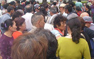 图片新闻:上海市政府前近千访民抗议