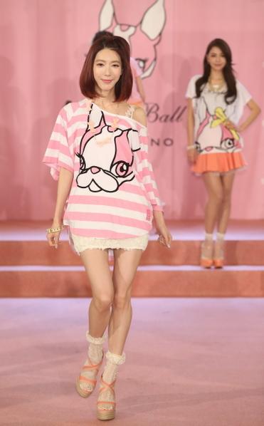 團長宋米秦以粉紅甜美造型現身發表會,分享流行穿搭LOOK。(圖/縱橫公關提供)
