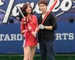 在拍摄现场,胡宇威还热心教陈庭妮挥棒。(图/台视提供)