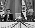 中共國務院總理李克強於2013年5月19日至21日訪問印度3天,雙邊僅簽署部份商業合作合約,顯見中印的邊界問題仍是雙邊經貿合作進程的最大阻礙。圖為李克強(左)與印度總理辛格在20日會面後,召開聯合記者會。(AFP)