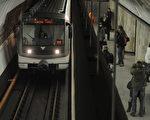 捷克首都布拉格当局计划在地下铁设置单身男女专用车厢,让想寻找爱侣的单身男女搭乘。(MICHAL CIZEK/AFP)