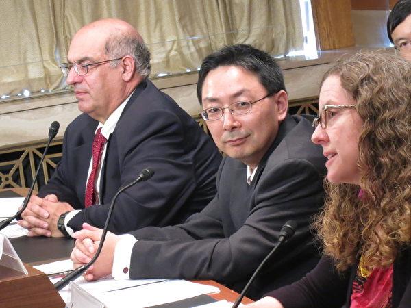 22日在國會聽證會上發言的Woodrow Wilson中心中國環境論壇總監 Jennifer Turnner(右一)說,目前北京煙霧瀰漫的空氣困擾,正是中國以兩位數字經濟增長所付出的沉重代價的例證。而中國環境污染的代價仍在日趨增長。(攝影:林南/大紀元)