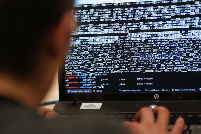 受網絡攻擊影響,《洛杉磯時報》等美國主要報紙周六(12月29日)的印刷和出報工作被打亂。此網攻周五被檢測到,但據信,這些報業從周四晚上起開始遭到來自境外的攻擊。(THOMAS SAMSON/AFP)