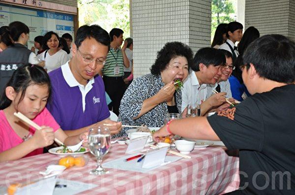 高雄市学校午餐创意厨神竞赛于三民家商盛大登场,市长陈菊(中)及相关局处首长均出席捧场。(摄影:李晴玳/大纪元)