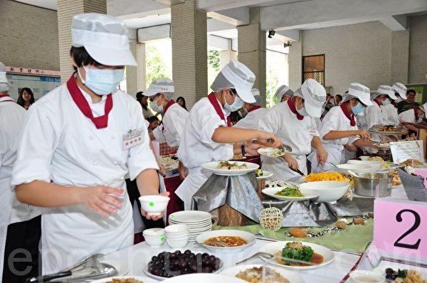 高雄市学校午餐创意厨神竞赛,美食品尝大会现场热闹沸腾。(摄影:李晴玳/大纪元)
