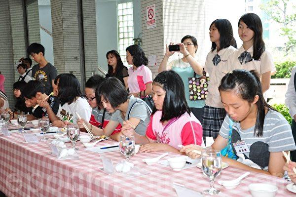 高雄市学校午餐创意厨神竞赛,40位学生组成评审团参与评鉴票选。(摄影:李晴玳/大纪元)